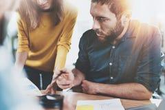 Concepto del trabajo en equipo Equipo del negocio que se sienta en la sala de reunión y que hace conversaciones en la oficina hor imágenes de archivo libres de regalías