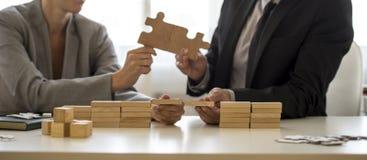 Concepto del trabajo en equipo o de la sociedad con un hombre de negocios y un businessw imágenes de archivo libres de regalías