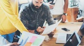 Concepto del trabajo en equipo Oficina moderna del desván de Team Brainstorming During Work Process de los compañeros de trabajo  Fotografía de archivo libre de regalías