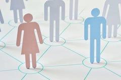 Concepto del trabajo en equipo y de la red - hombre y mujer que trabajan junto imagen de archivo