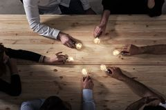 Concepto del trabajo en equipo y de la reuni?n de reflexi?n con los hombres de negocios que comparten una idea con una l?mpara Co imagen de archivo libre de regalías