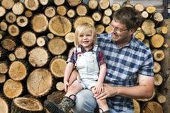Concepto del tronco de Kid Leisure Firewood del padre Foto de archivo