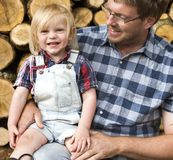 Concepto del tronco de Kid Leisure Firewood del padre Imagen de archivo libre de regalías
