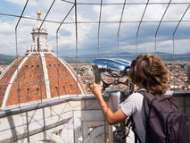 Concepto del turismo: muchacho que mira a través de un th de visita turístico de excursión de los prismáticos Imagen de archivo libre de regalías