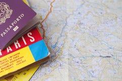 Concepto del turismo y del viaje: pasaporte sobre un mapa y un coche del crédito Imagenes de archivo