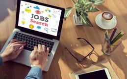 Concepto del uso de Internet Online Job Search del hombre de negocios imagen de archivo