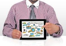 Concepto del uso de Internet Online Job Search del hombre de negocios con la pantalla del smratphone Imagenes de archivo