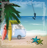 Concepto del verano con el autobús retro en la playa y la persona que practica surf, vector Foto de archivo