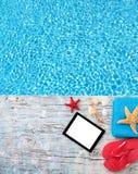 Concepto del verano con la tableta y los accesorios Imagen de archivo