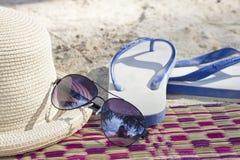 Concepto del verano con los accesorios en la arena Foto de archivo