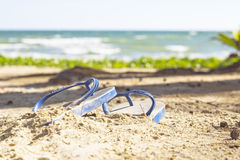 Concepto del verano con los accesorios en la playa Fotos de archivo libres de regalías