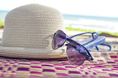 Concepto del verano con los accesorios en la playa Foto de archivo libre de regalías