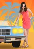 Concepto del verano con una mujer y un coche Foto de archivo