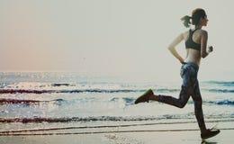 Concepto del verano de la acción que activa de la playa de la salud activa de la costa Imagen de archivo libre de regalías
