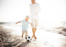Concepto del verano de la playa de Son Playing Soccer del padre Fotos de archivo libres de regalías