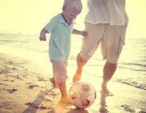 Concepto del verano de la playa de Son Playing Soccer del padre Foto de archivo libre de regalías
