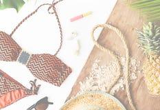 Concepto del verano de la playa del lápiz labial de la piña del sombrero del bikini Imágenes de archivo libres de regalías