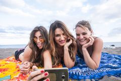 Concepto del verano, de los d?as de fiesta, de las vacaciones, de la tecnolog?a y de la felicidad - grupo de gente sonriente con  imagen de archivo