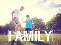 Concepto del verano de Son Playing Football del padre de la familia Foto de archivo libre de regalías