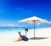 Concepto del verano de Working Beach Sky del hombre de negocios Fotos de archivo libres de regalías