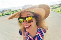 Concepto del verano, del día de fiesta, del selfie y de las vacaciones - mujer joven que hace la cara divertida en el sombrero y  Fotos de archivo