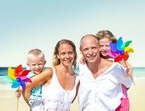 Concepto del verano del día de fiesta del disfrute de la playa de la familia Imágenes de archivo libres de regalías