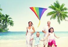 Concepto del verano del día de fiesta del disfrute de la playa de la familia Imagen de archivo libre de regalías