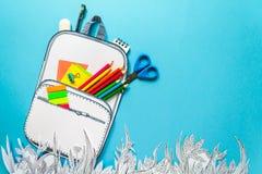 Concepto del verano, mochila de la escuela en la hierba gráfica, hecha del papel Fotografía de archivo libre de regalías