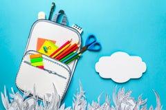 Concepto del verano, mochila de la escuela en la hierba gráfica, hecha del papel, marco Imagen de archivo libre de regalías