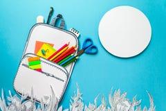 Concepto del verano, mochila de la escuela en la hierba gráfica, hecha del papel, marco Foto de archivo libre de regalías