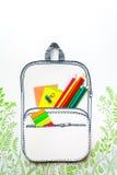 Concepto del verano, mochila de la escuela en la hierba verde, hecha del papel Fotografía de archivo