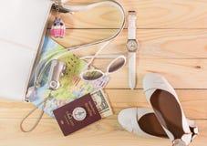 Concepto del viaje con el accesorio en la tabla de madera Fotografía de archivo libre de regalías