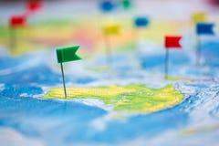 Concepto del viaje con los pasadores y el mapa del mundo de la bandera Fotos de archivo libres de regalías