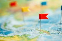 Concepto del viaje con los pasadores y el mapa del mundo de la bandera Fotografía de archivo