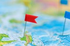 Concepto del viaje con los pasadores y el mapa del mundo de la bandera Imagen de archivo