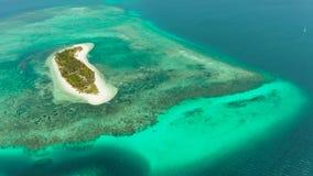 Concepto del viaje con una playa arenosa y un mar azul Balabac, Palawan, Filipinas metrajes