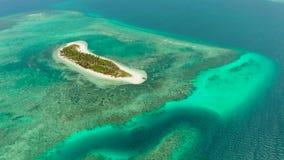 Concepto del viaje con una playa arenosa y un mar azul Balabac, Palawan, Filipinas almacen de video