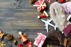 Concepto del viaje de la Navidad Mujeres accesorias a viajar la Navidad Foto de archivo libre de regalías