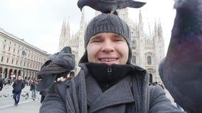 Concepto del viaje, de los días de fiesta y de las vacaciones del invierno - el hombre joven feliz toma la foto del selfie con la metrajes