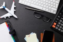 Concepto del viaje de negocios Accesorios en la tabla del escritorio imagen de archivo libre de regalías