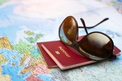 Concepto del viaje, dos pasaportes en el mapa del mundo, días de fiesta imagenes de archivo
