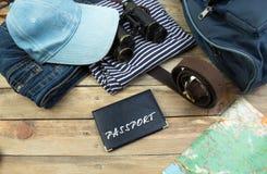 Concepto del viaje en la tabla de madera Imagen de la visión superior de los accesorios del viaje con eliminado efecto del filtro Fotos de archivo