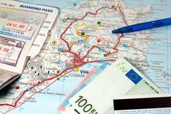 Concepto del viaje internacional Pasaporte, documento de embarque, dinero, tarjeta de crédito, pluma en mapa de la isla tropical Foto de archivo libre de regalías