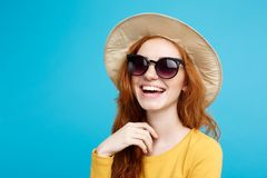 Concepto del viaje - muchacha atractiva hermosa joven del redhair del retrato ascendente cercano con la sonrisa de moda del sombr Imagen de archivo libre de regalías