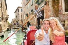 Concepto del viaje - par feliz en la góndola de Venecia