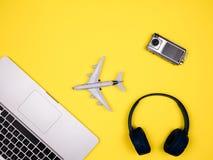 Concepto del viaje que exhibe el aeroplano, la cámara y los auriculares foto de archivo libre de regalías