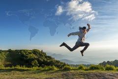 Concepto del viaje, salto del hombre del viajero al aire libre con el mapa imagen de archivo