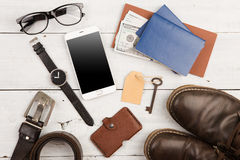 concepto del viaje - sistema de materia fresca con el teléfono y de otras cosas en la tabla de madera Fotos de archivo libres de regalías