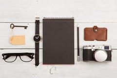 concepto del viaje - sistema de materia fresca con la cámara y de otras cosas en la tabla de madera Foto de archivo