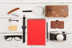 concepto del viaje - sistema de materia fresca con la cámara y de otras cosas en la tabla de madera Imágenes de archivo libres de regalías